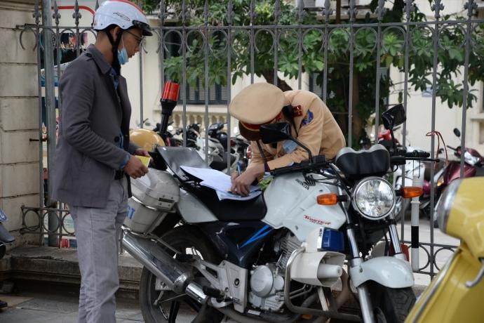 CSGT xử lý xe vi phạm tại đường Nguyễn Chí Thanh -