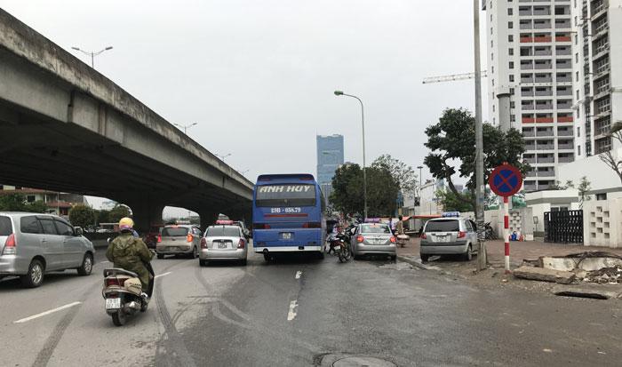 Xe khách liên tỉnh dừng đỗ đón trả khách tuỳ tiên tại nút giao Đại lộ Thăng Long - Vành đai 3