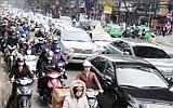 Ùn tắc giao thông tại Hà Nội: Lỗi đâu chỉ của hạ tầng