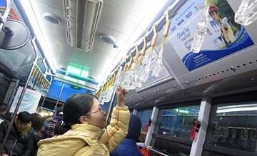 """Dán logo Cuộc thi """"Vì An toàn Giao thông Thủ đô"""" buýt nhanh BRT"""